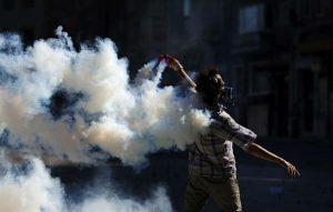 1370975411664Un manifestante lanza un bote de gasgd